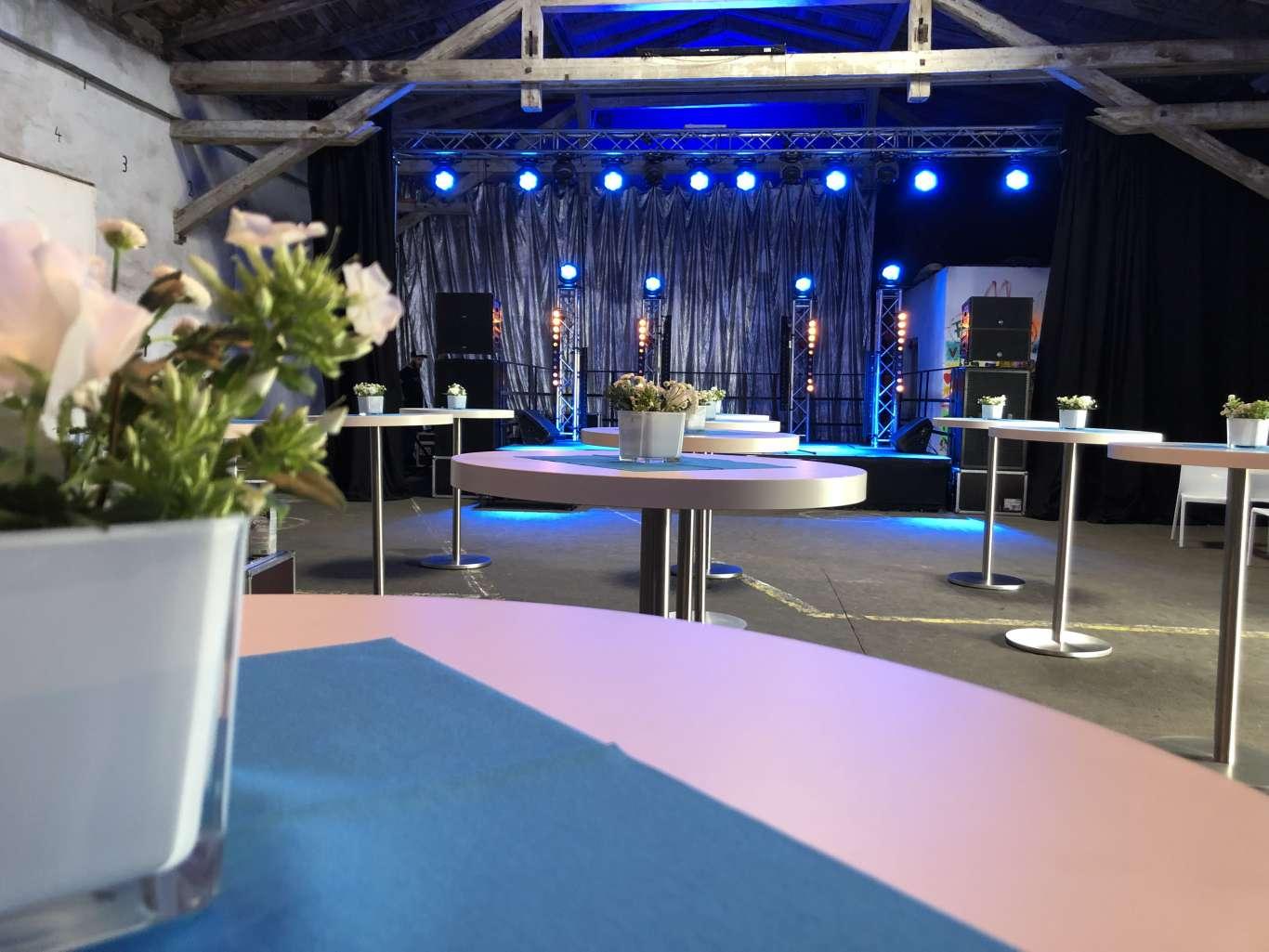 Die vollständige Dekoration erfolgt im Sinne eines durchgehenden Event-Designs, was sich auch in der Tischdekoration und der Beleuchtung am Veranstaltungsort widerspiegelt.