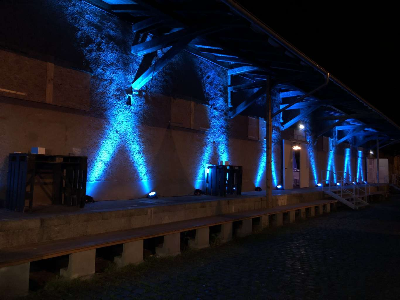 Die Halle 6 am Erfurt Zughafen wurde für das Event stimmungsvoll in der passenden Farbgebung beleuchtet. Kontinuierlich wurde so ein Event-Branding mit Wiedererkennungswert geschaffen.